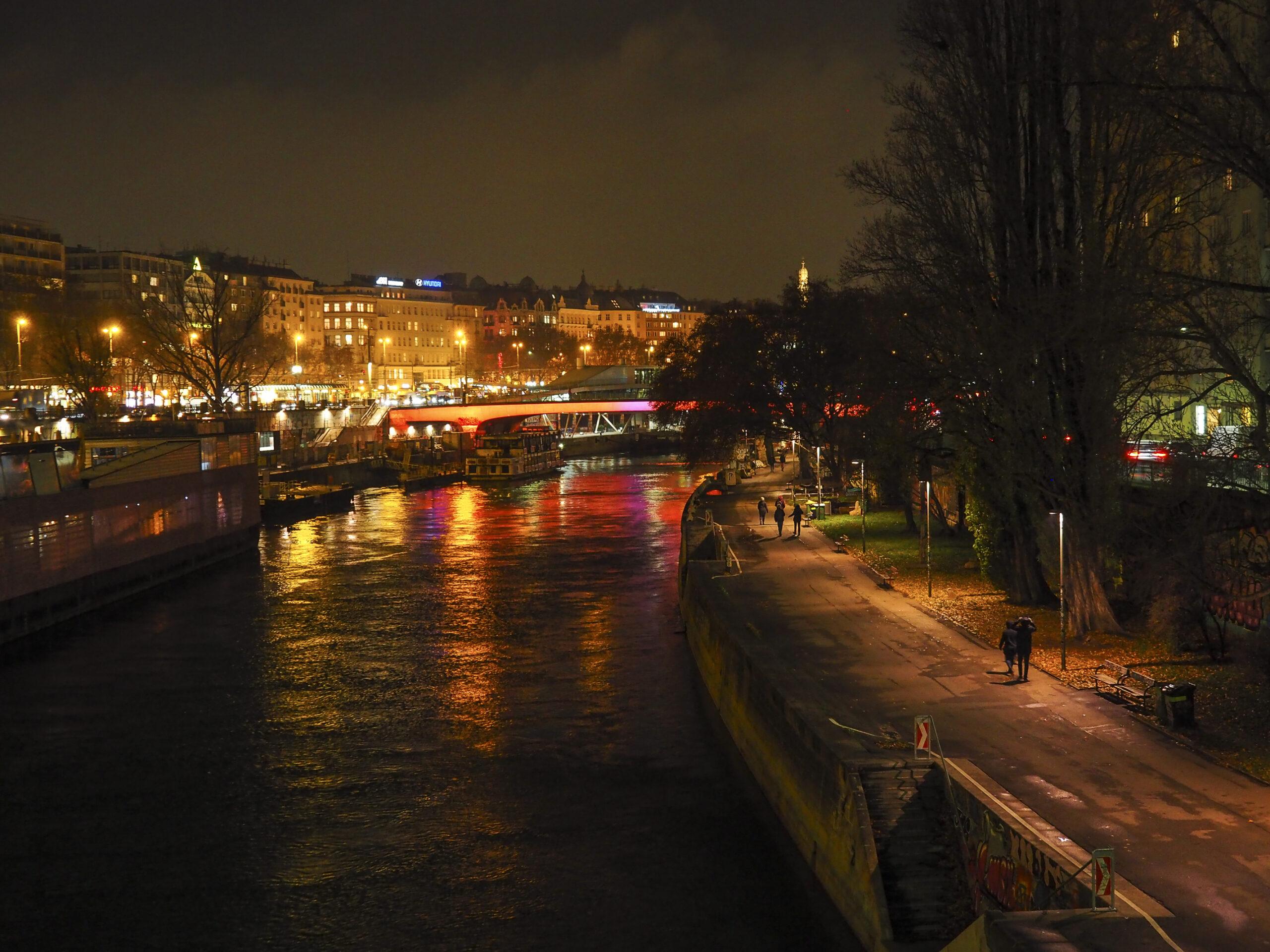 Wien bei Nacht mit bunten Lichtern
