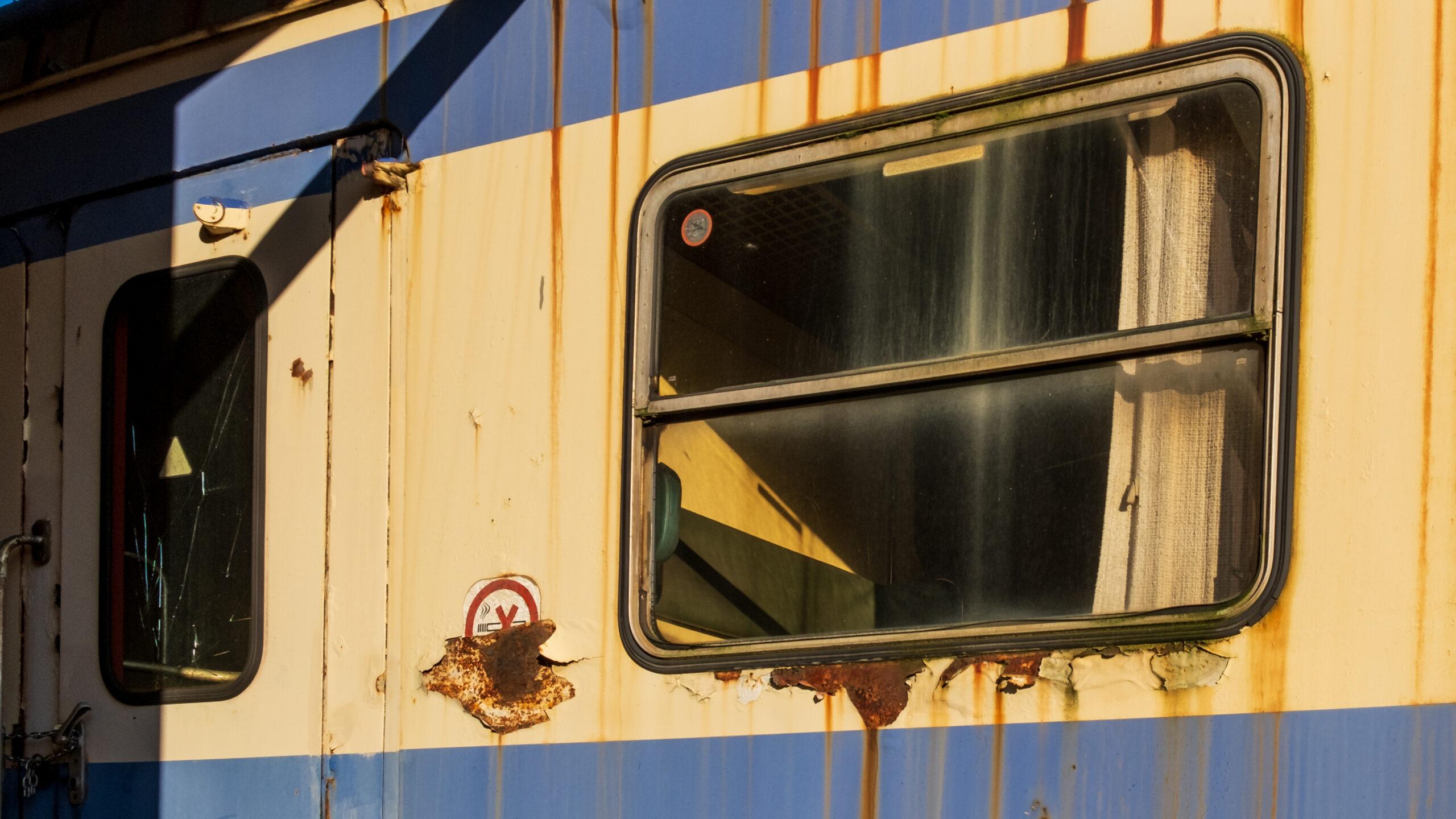 Fenster das alt ist und von einem Zug